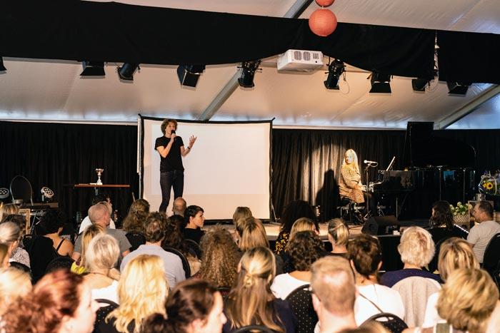 noel geeft presentatie op businessevent
